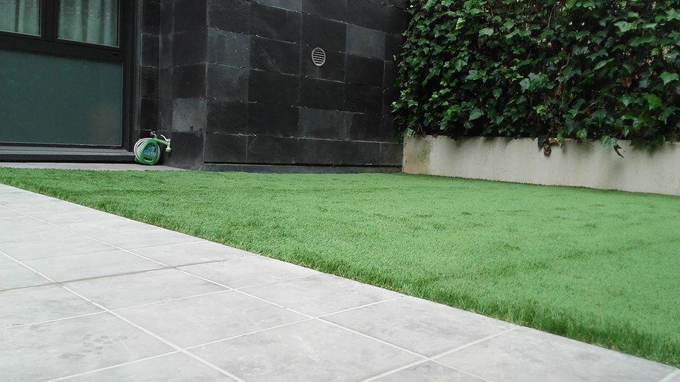 Belar artifiziala colocaci n de c sped artificial en - Cesped artificial jardineria ...